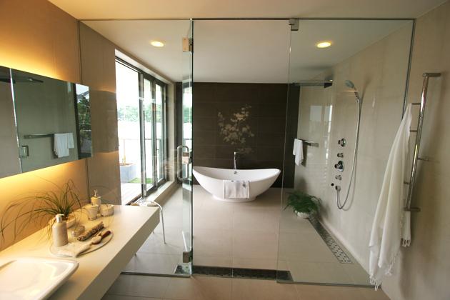 3階洗面室から見たバスルームの写真